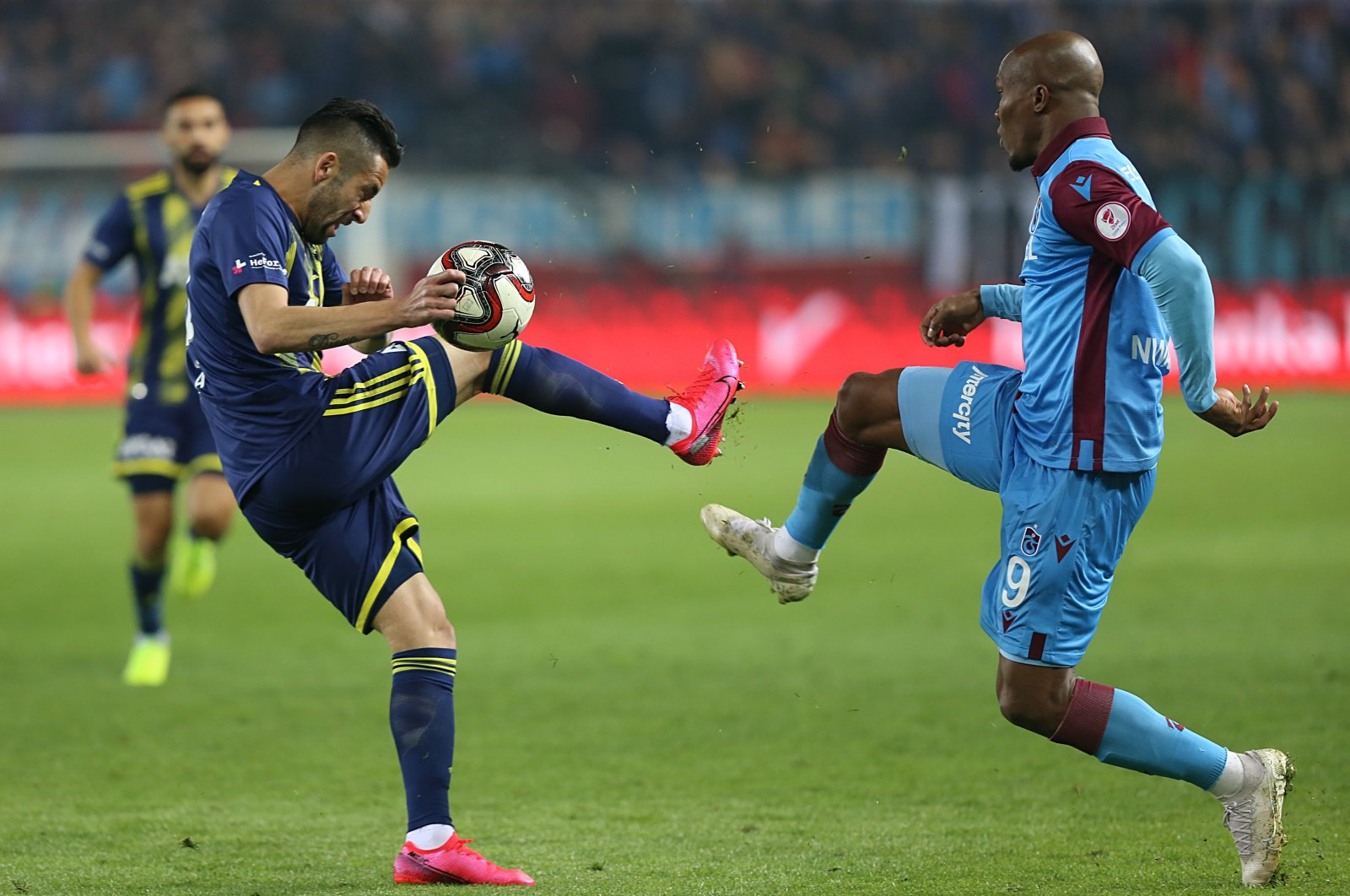 Trabzonspor's Anthony Nwakaeme (R) competes for the ball with former Fenerbahçe player Mauricio Isla during a Turkish Cup match in Trabzon, Turkey, March 3, 2020. (AA Photo)