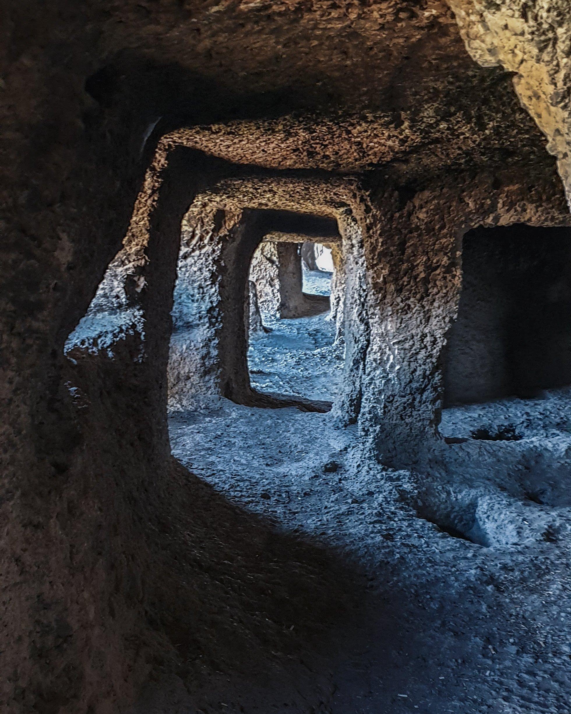 洞穴中的房间通过隧道相连。 (照片来自Argun Konuk)