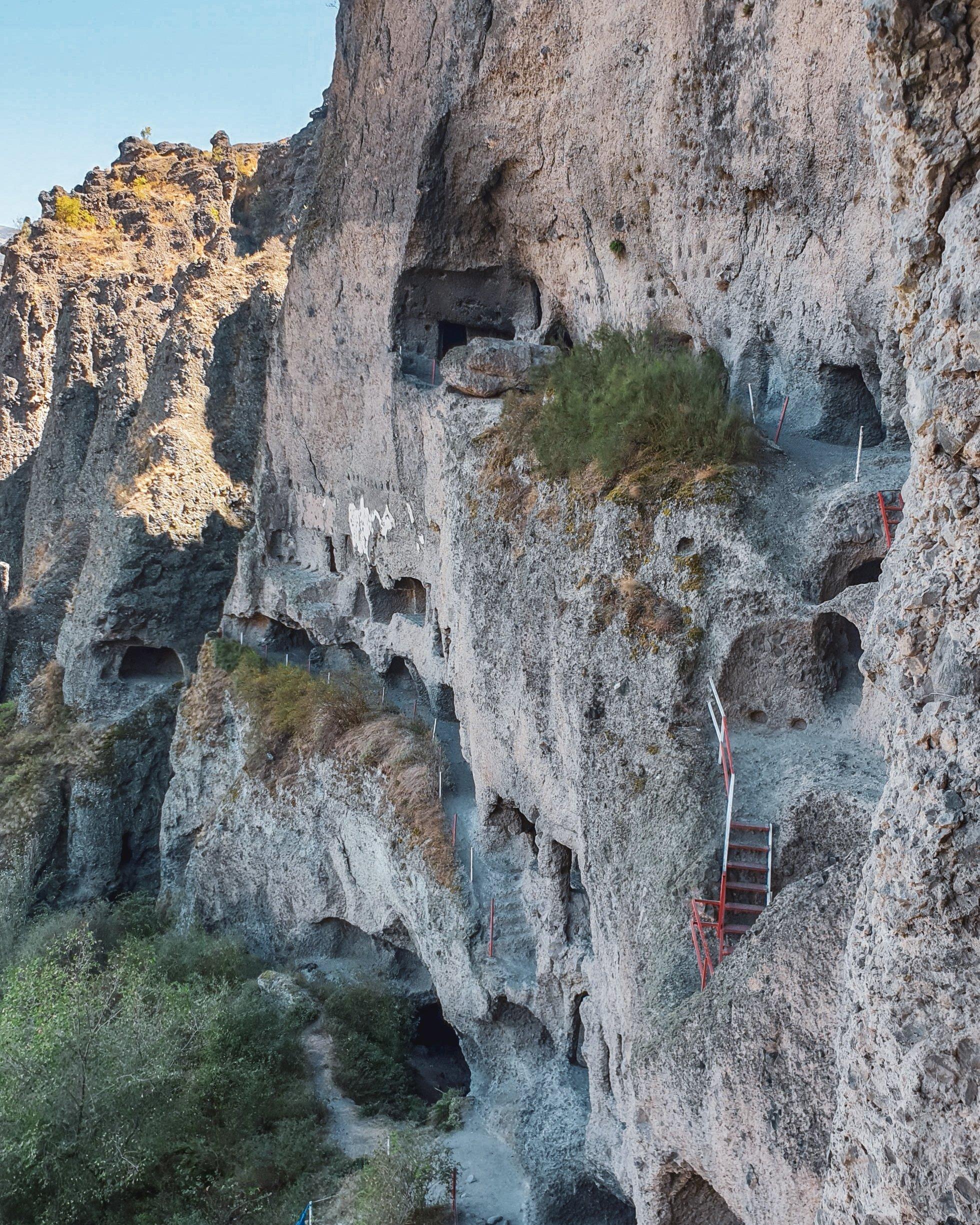 Inönü洞穴的外部崎and而神秘。 (照片来自Argun Konuk)