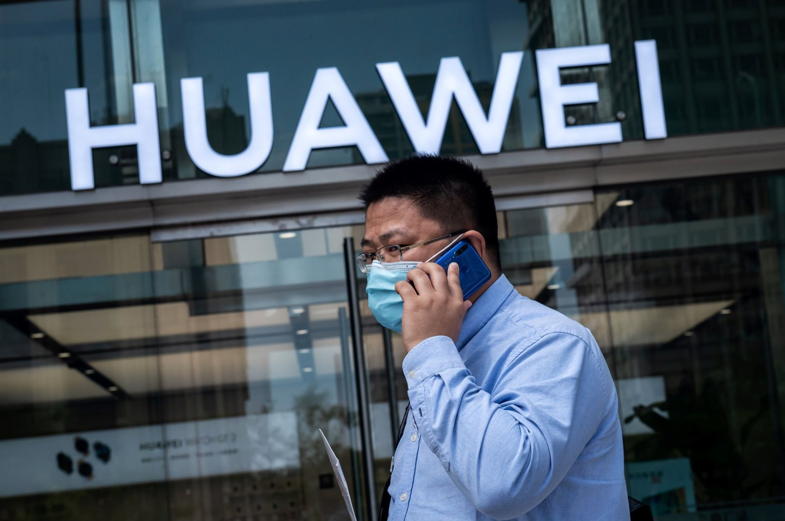 A man walks past a shop for Chinese telecommunications giant Huawei in Beijing, May 25, 2020. ( AFP Photo)