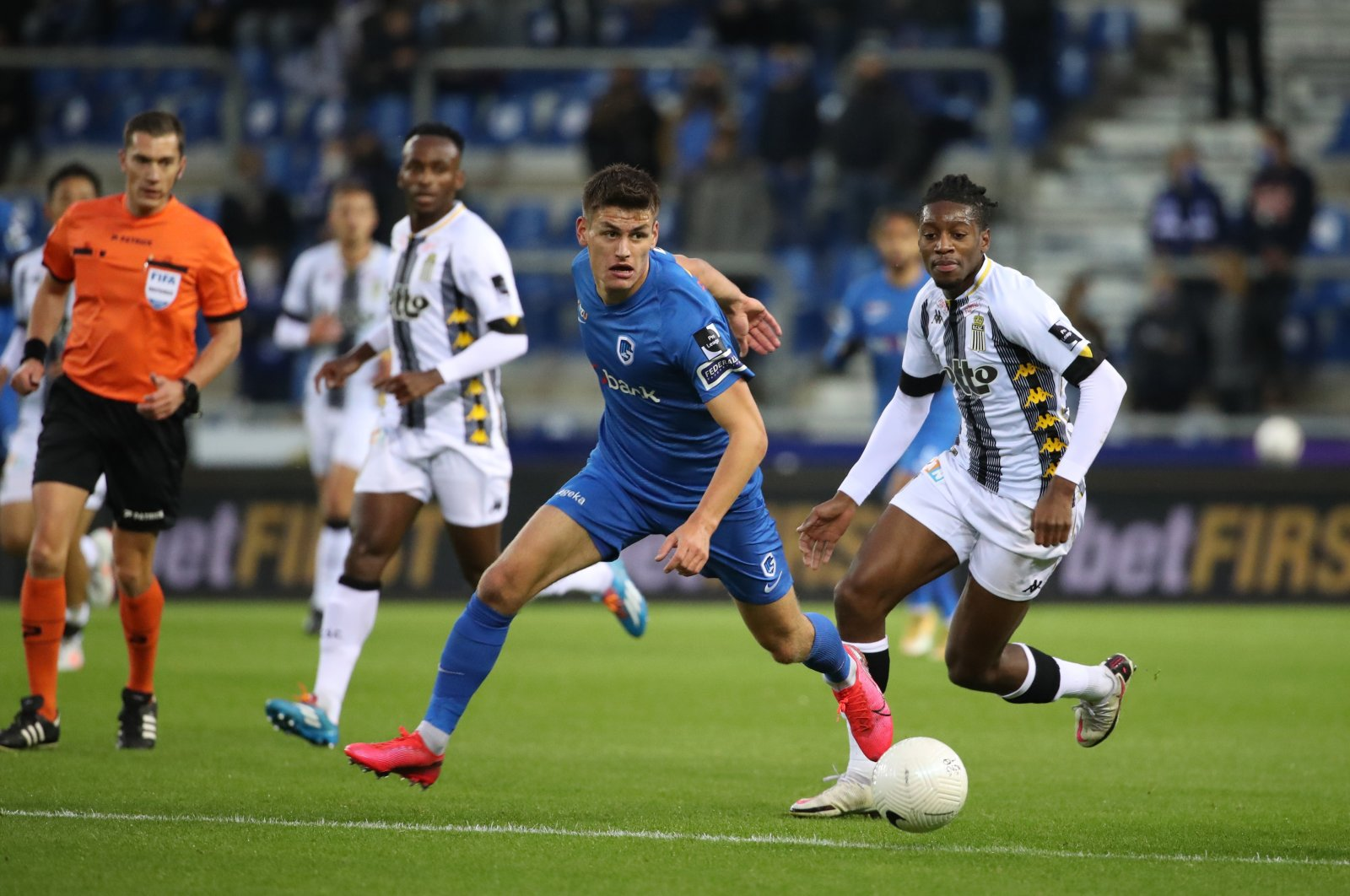Genk's Joakim Maehle (C) and Sporting de Charleroi's Joris Kayembe (R) in action during a Jupiler Pro League match in Genk, Belgium, Oct. 18, 2020. (Getty Images)