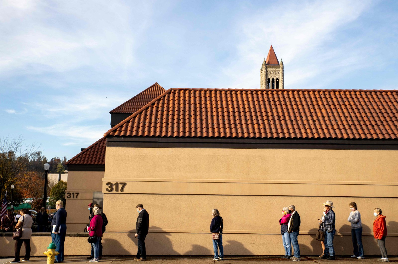 Early voters line up outside of the Judge Black Annex polling location in Parkersburg, West Virginia, Oct. 21, 2020. (AFP Photo)