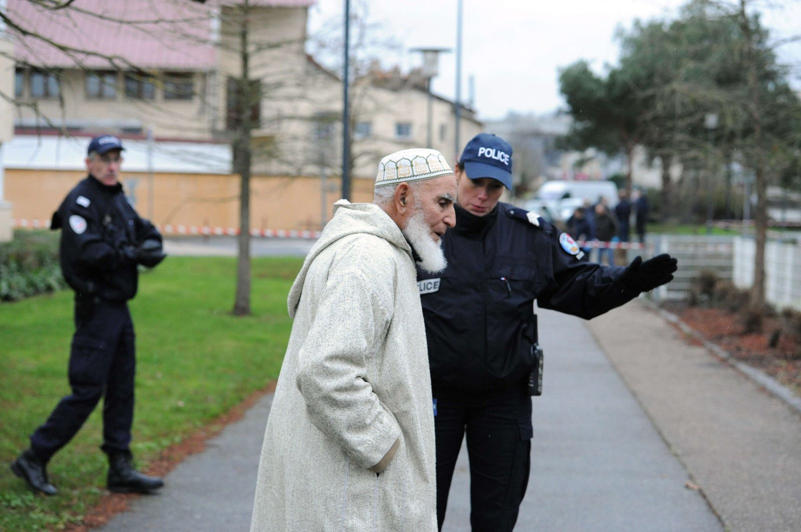 A police officer directs a man away as members of the French technical and scientific police work at the site near a mosque in the Sablons neighborhood of Le Mans, western France, on January 8, 2015. (AFP Photo)