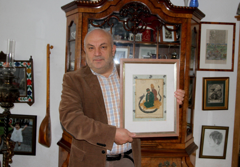Mehmet Tütüncü poses with the painting, Oct. 21, 2020. (AA Photo)