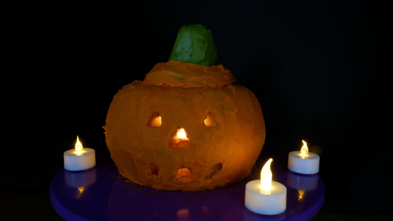 Your jack-o'-lantern bundt cake should resemble something similar to this. (Photo by Ayla Coşkun)