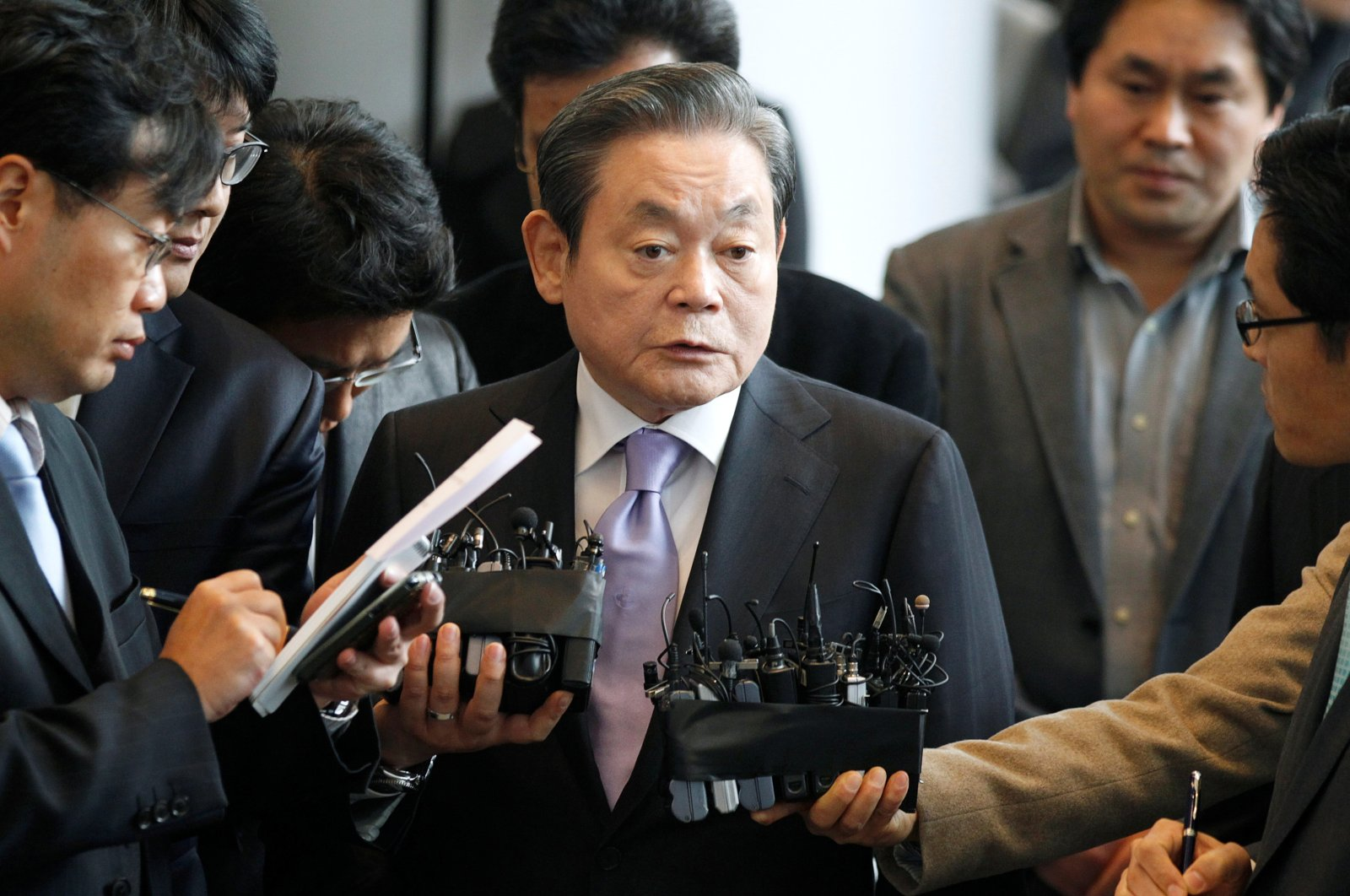 Samsung Electronics chairman Lee Kun-Hee (C) answers reporters' questions upon his arrival at the company's headquarters in Seoul, Dec. 1, 2010. (Reuters Photo)