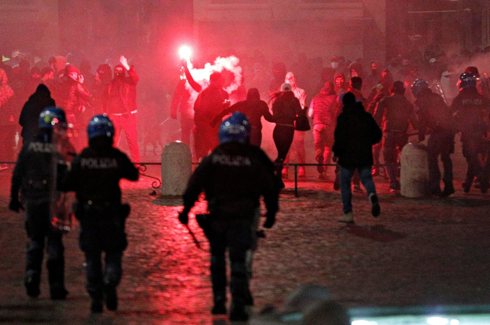 Demonstrators clash with police on Piazza del Popolo to protest restrictions, Rome, Italy, Oct. 24, 2020. (REUTERS Photo)