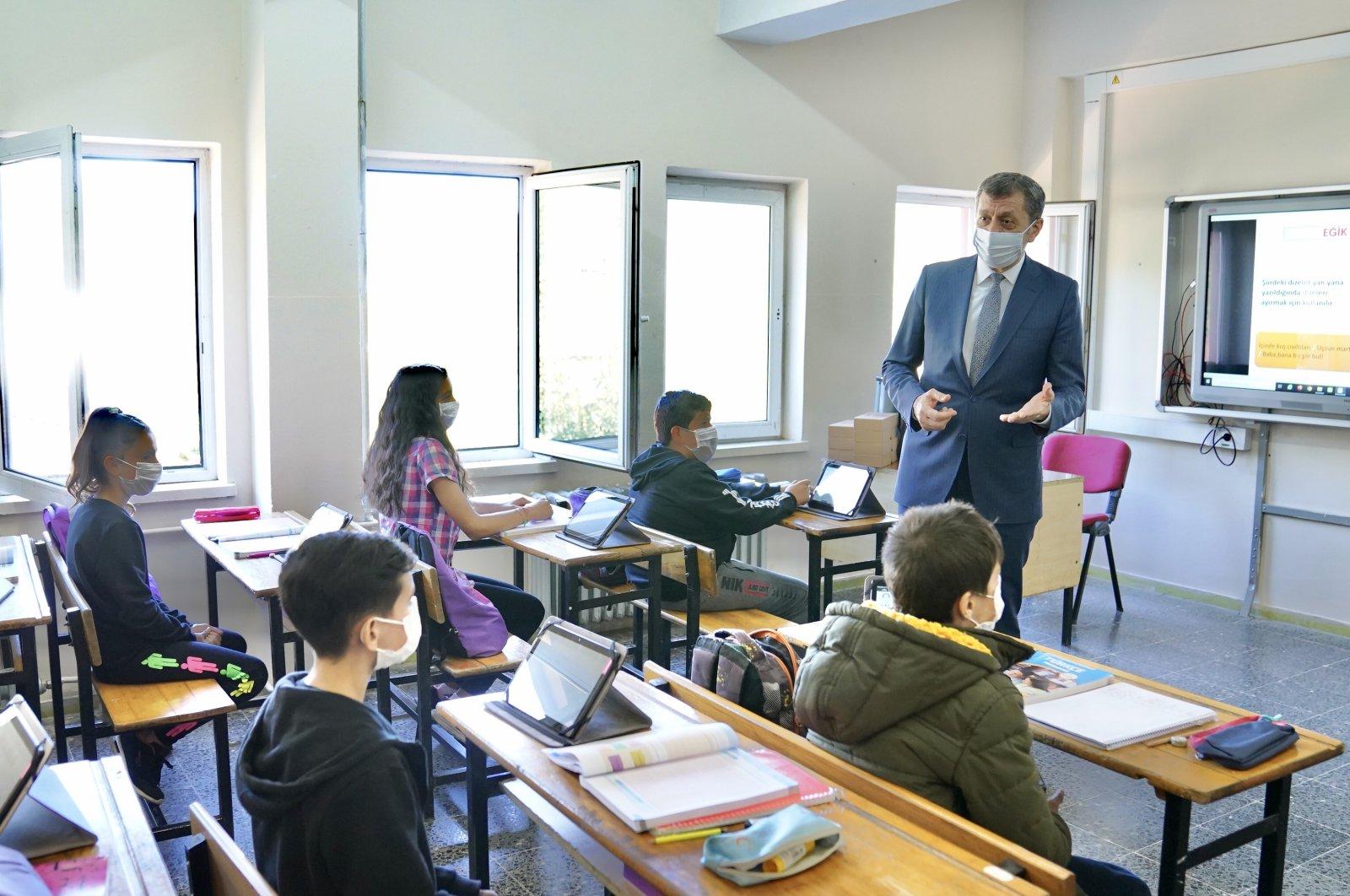 Minister of National Education Ziya Selçuk speaks to children at a school in Giresun, northern Turkey, Oct. 23, 2020. (AA Photo)