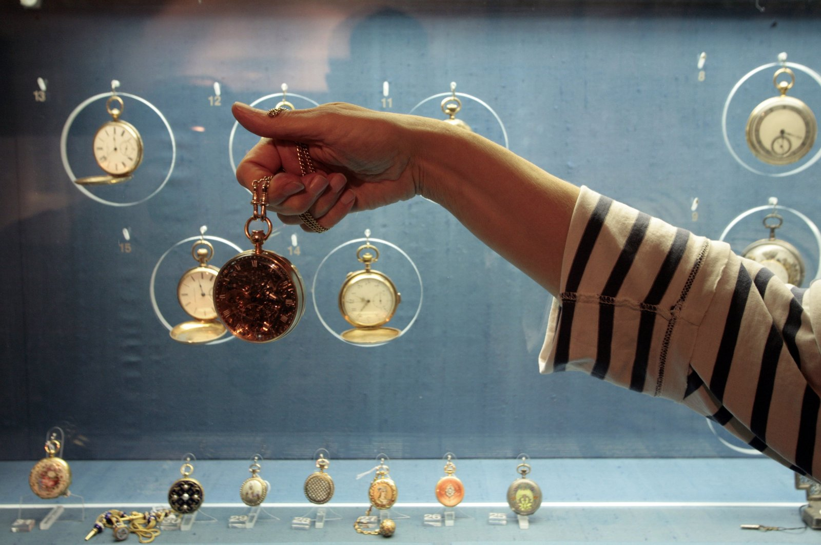 A woman holds up a pocket watch made for France's Marie Antoinette at Jerusalem's L.A. Mayer Museum of Islamic Art Nov. 11, 2007. (Reuters Photo)