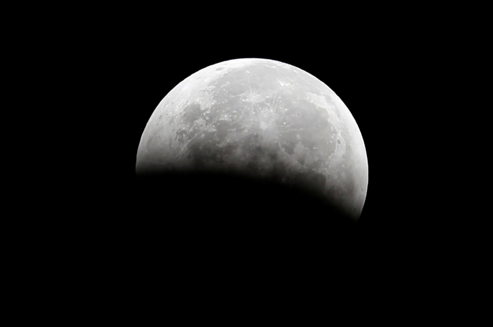 """A total lunar eclipse, also known as a """"blood moon,"""" is pictured from Santa Monica, California October 8, 2014. (REUTERS Photo)"""