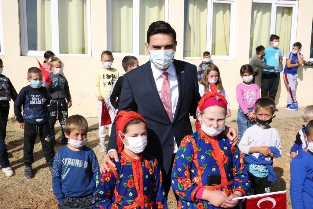 The YTB head Abdullah Eren poses with Turkish children in Radovis, North Macedonia, Oct. 28, 2020. (IHA Photo)