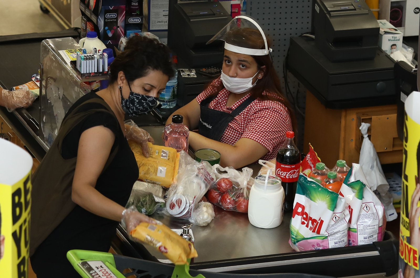 Supermarkets cashiers and clients wear protective face masks in Ankara, Turkey, Aug. 6, 2020. (AFP Photo)