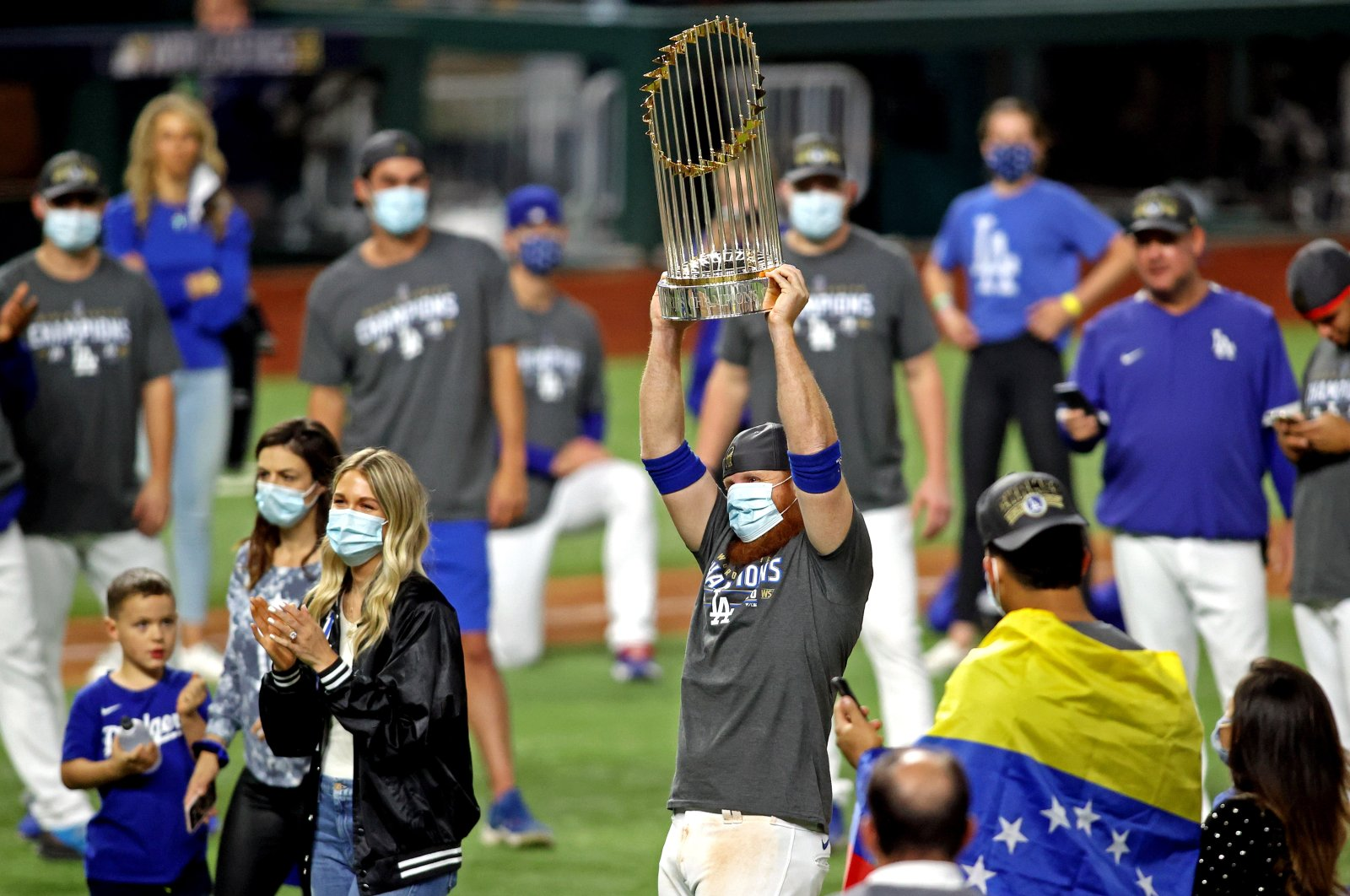 Los Angeles Dodgers' Justin Turner holds the Commissioner's Trophy after the game, in Arlington, Texas, Oct. 27, 2020. (REUTERS Photo)