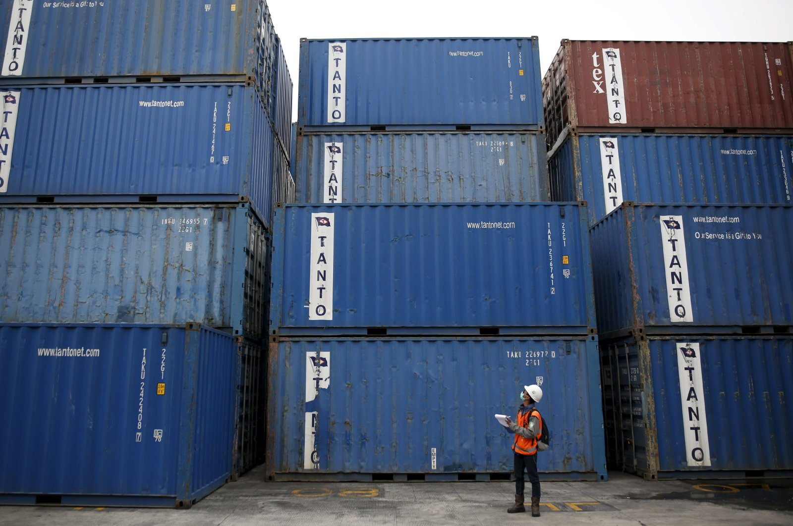 A worker tracks shipping containers at the Port of Tanjung Priok in North Jakarta, Indonesia, Dec. 15, 2015. (Reuters Photo)