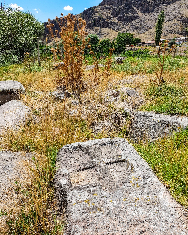 Une pierre tombale dans l'ancien cimetière arménien avec une croix sculptée dessus.  (Photo par Argun Konuk)