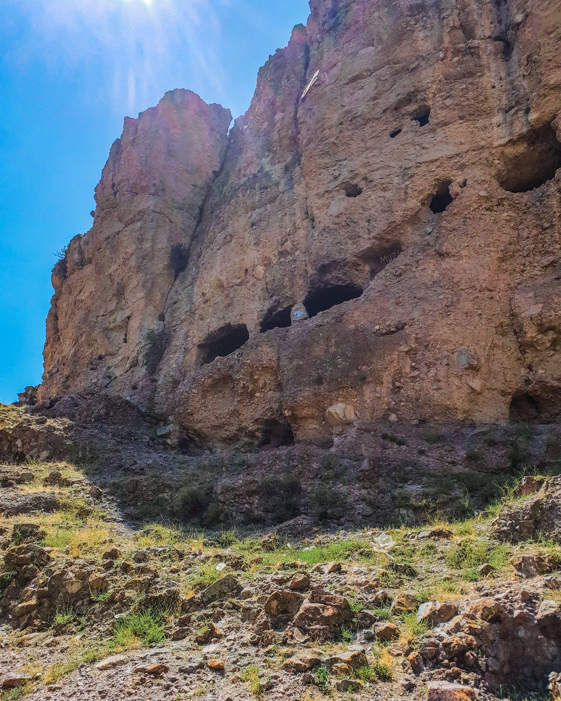 Les maisons troglodytes de la vallée de Zir mesurent plus de 40 mètres de haut.  (Photo par Argun Konuk)