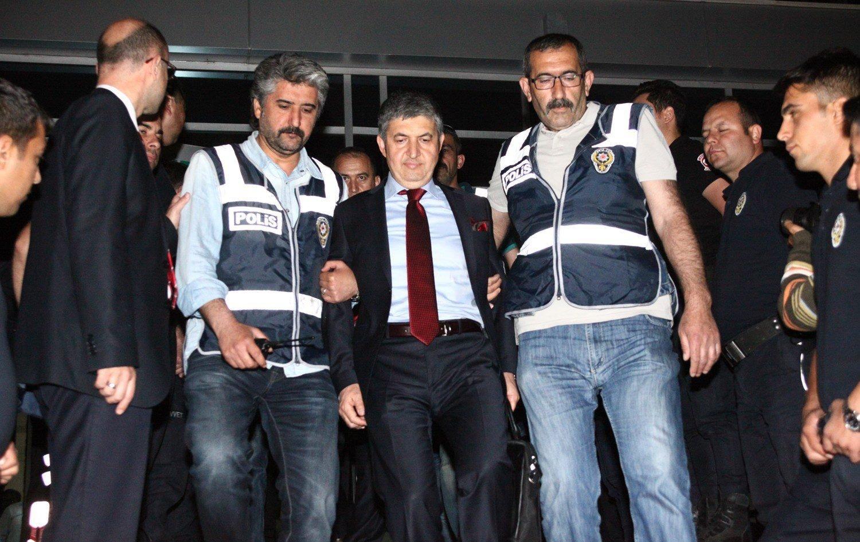Police escort Süleyman Bağrıyanık, a former prosecutor sentenced in the case in an earlier hearing, to prison, in Adana, southern Turkey, June 2, 2015. (İHA Photo)