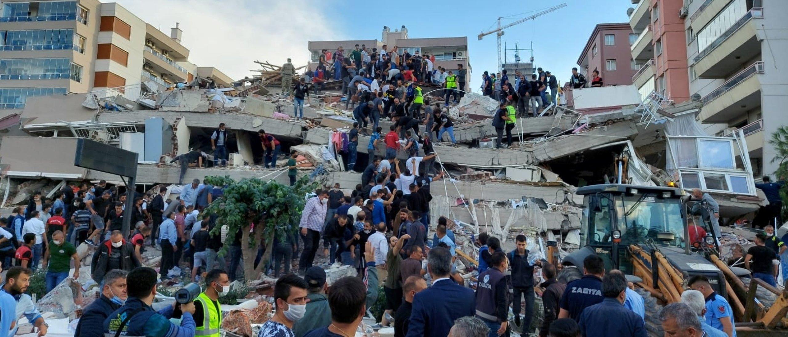 Οι ντόπιοι και οι αξιωματούχοι αναζητούν επιζώντες σε ένα κατεστραμμένο κτίριο μετά από έναν ισχυρό σεισμό που έπληξε το Αιγαίο Πέμπτη και έγινε αισθητός τόσο στην Ελλάδα όσο και στην Τουρκία, όπου μερικά κτίρια κατέρρευσαν στην παράκτια επαρχία της Σμύρνης, της Τουρκίας, στις 30 Οκτωβρίου 2020. (Reuters Photo )