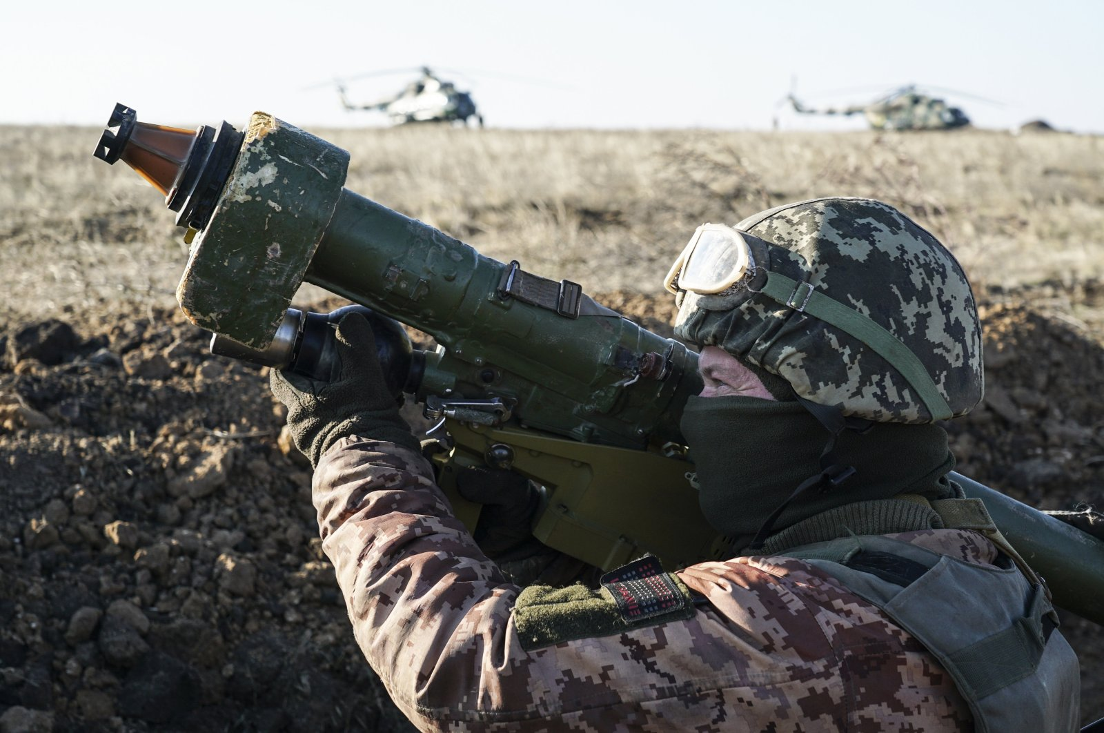 A Ukrainian soldier aims with an anti-aircraft rocket launcher during military exercises near Urzuf, south coast of Azov sea, eastern Ukraine, Nov. 29, 2018. (AP Photo)