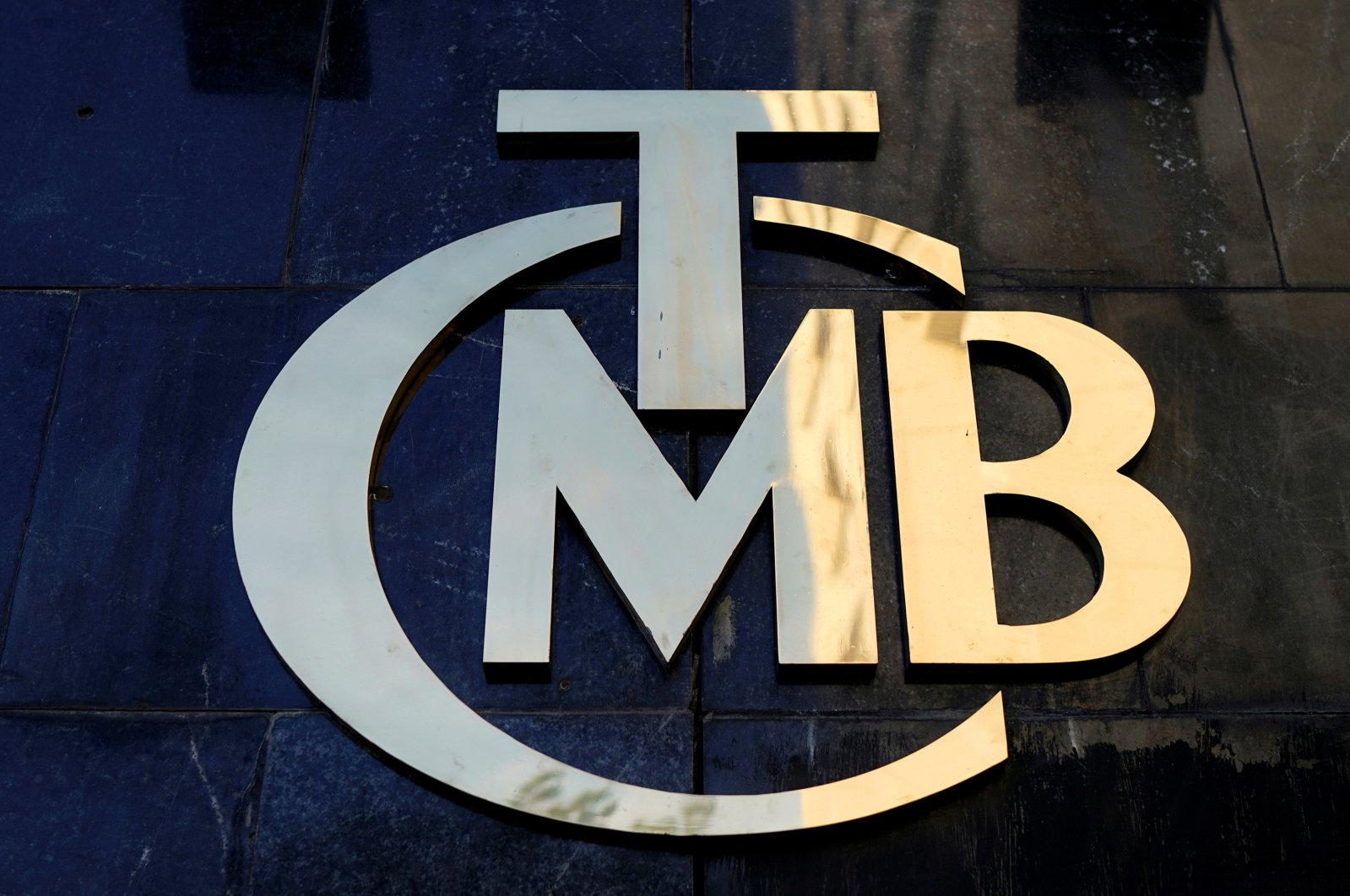 A logo of the Central Bank of the Republic of Turkey (CBRT) is pictured at the entrance of the bank's headquarters in the capital Ankara, April 19, 2015. (Reuters Photo)