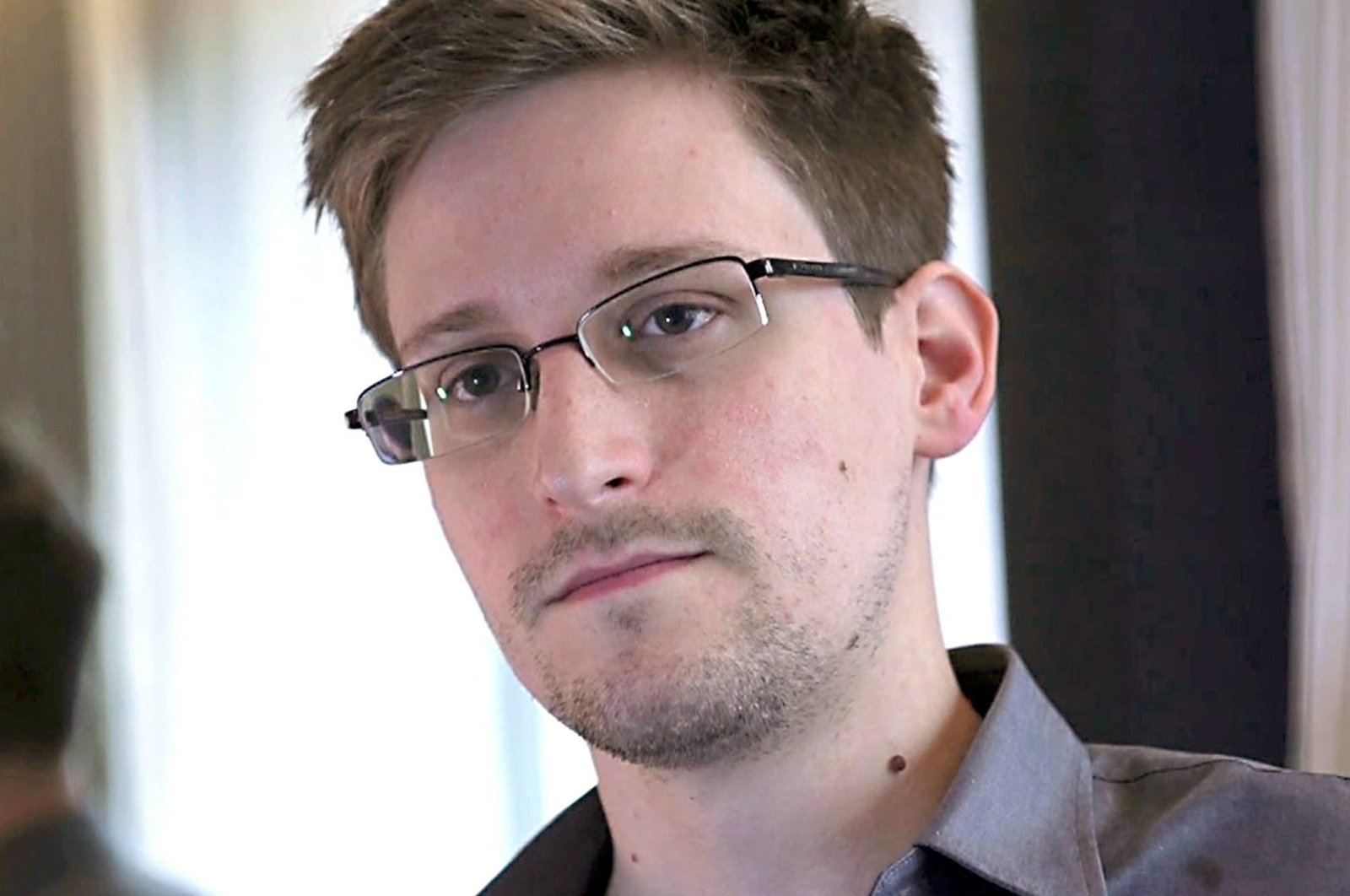 Former U.S. spy agency contractor Edward Snowden is interviewed by The Guardian in his hotel room in Hong Kong, June 6, 2013. (Glenn Greenwald/Laura Poitras/Courtesy of The Guardian/Handout via Reuters)