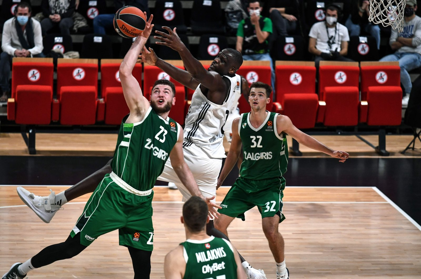 ASVEL Lyon's Moustapha Fall (C) fights for the ball with Zalgiris Kaunas' Martinas Geben (L) during a match in Villeurbanne, France, Oct. 29, 2020. (AFP Photo)