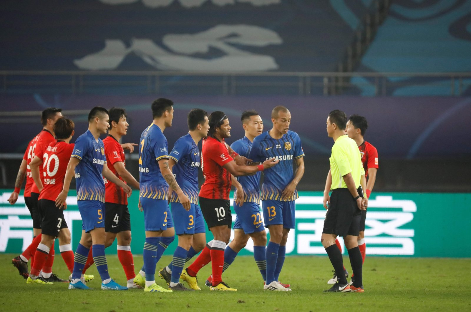 Players of Shanghai SIPG and Jiangsu Suning argue with the referee during a match in Suzhou, China, Nov. 2, 2020. (AFP Photo)