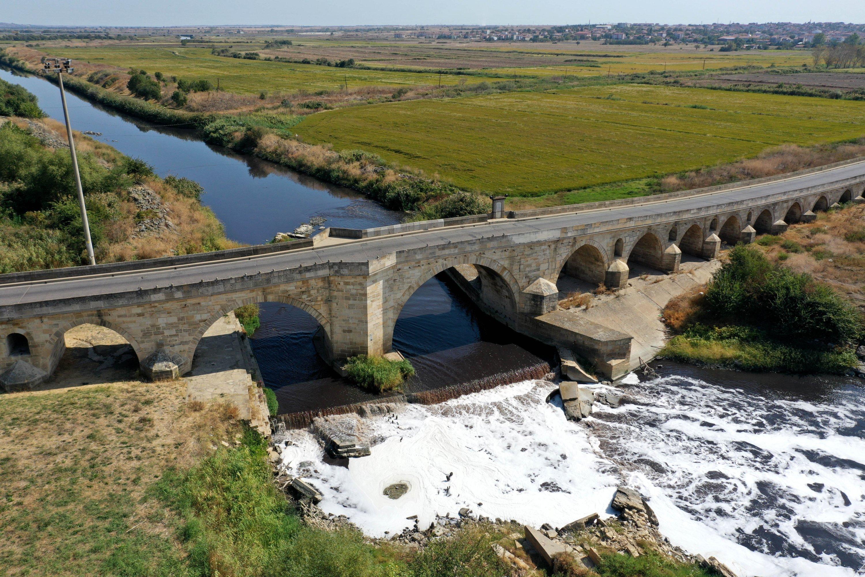 Le pont Uzunköprü, reliant l'Anatolie et les Balkans, enjambe le fleuve Ergène, Edirne, nord-ouest de la Turquie, le 1er novembre 2020 (PHOTO AA)