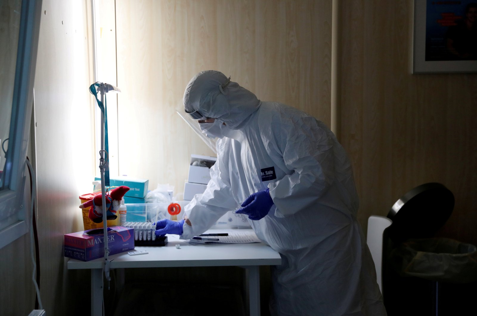 A health care worker works at a COVID-19 testing site, Budapest, Hungary, Oct. 27, 2020. (REUTERS Photo)