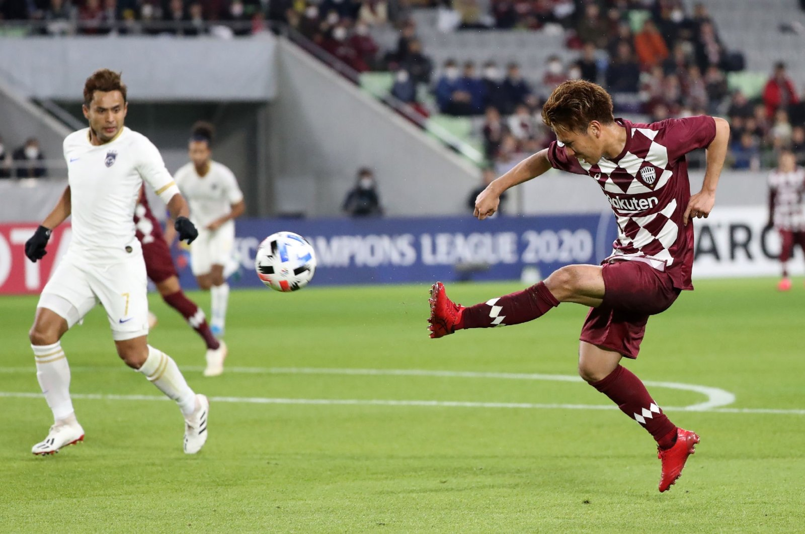 Vissel Kobe's Keijiro Ogawa (R) scores a goal as Johor Darul Ta'zim's Aidil Zafuan looks on during an AFC Champions League match, in Kobe, Japan, Feb. 12, 2020. (AFP Photo)