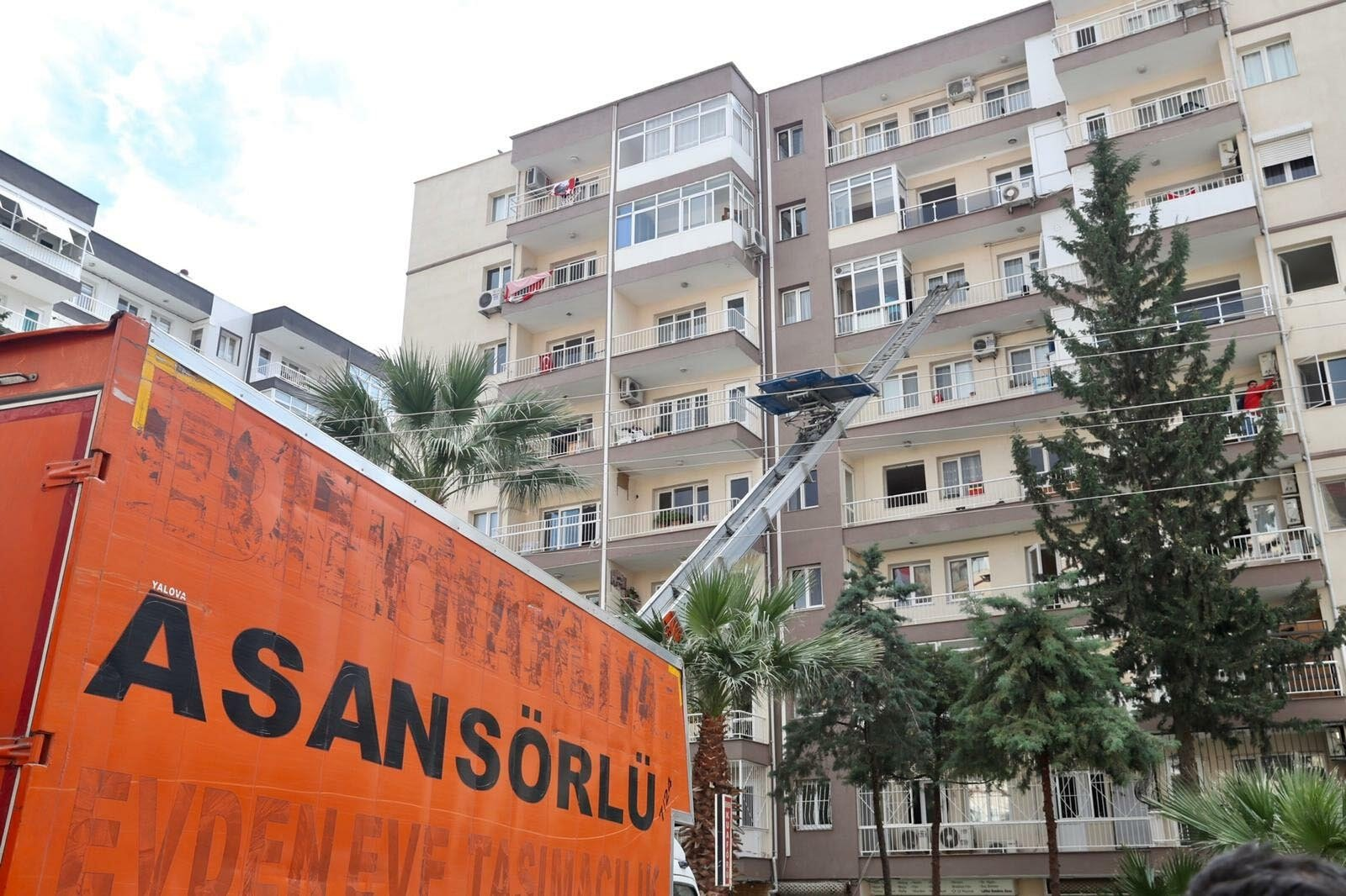A transportation crane is attached to an unsafe building during search and rescue operations after the earthquake in Izmir, Turkey, Nov. 5, 2020. (DHA Photo)