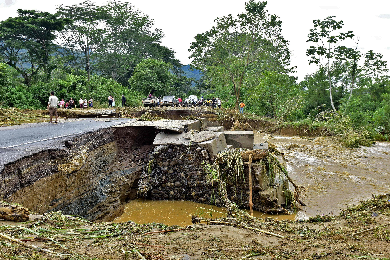 A view of a crack blocking a road in El Progreso, Yoro department, Honduras, Nov. 5, 2020, after the passage of Hurricane Eta. (AFP Photo)