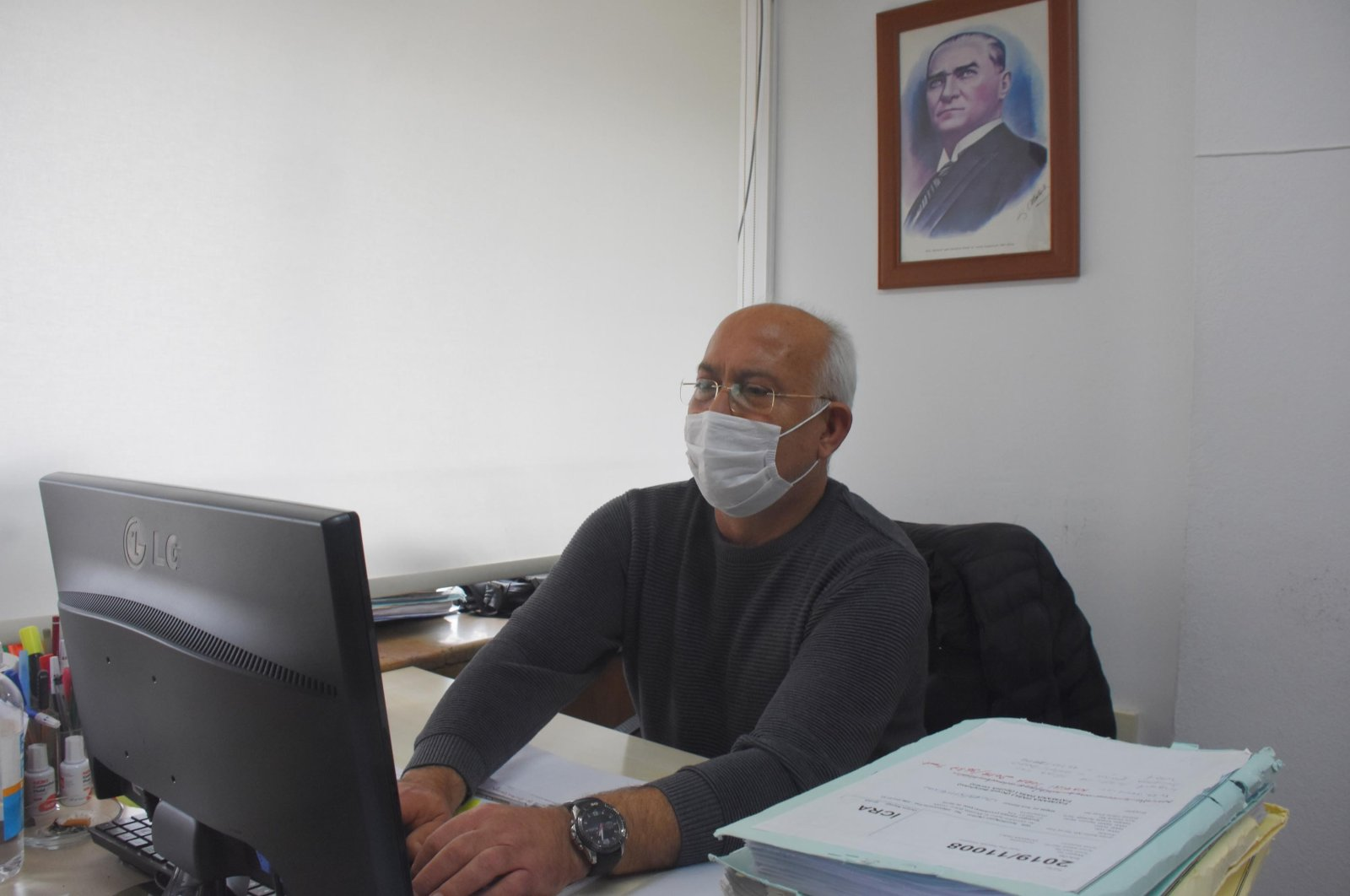 Atılay Özün works in his office, Konak district, Izmir, Turkey, Nov. 5, 2020. (DHA Photo)