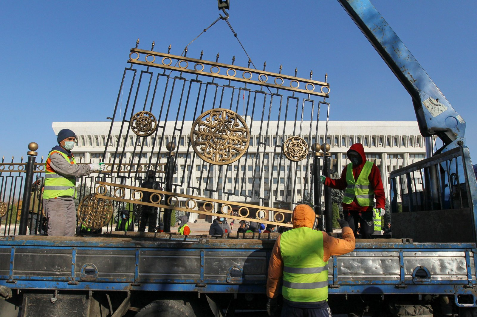Workers remove a fence around the house of parliament, Bishkek, Kyrgyzstan, Nov. 6, 2020. (REUTERS Photo)
