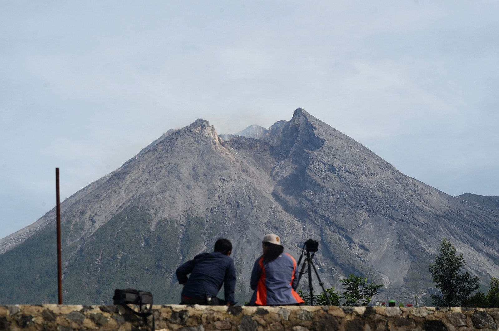 Photographers keep an eye on Mount Merapi in Yogyakarta as Indonesia Geological agency raised the status of alert for Merapi to the second-highest ahead of the upcoming major eruption, on Nov. 6, 2020. (AFP Photo)