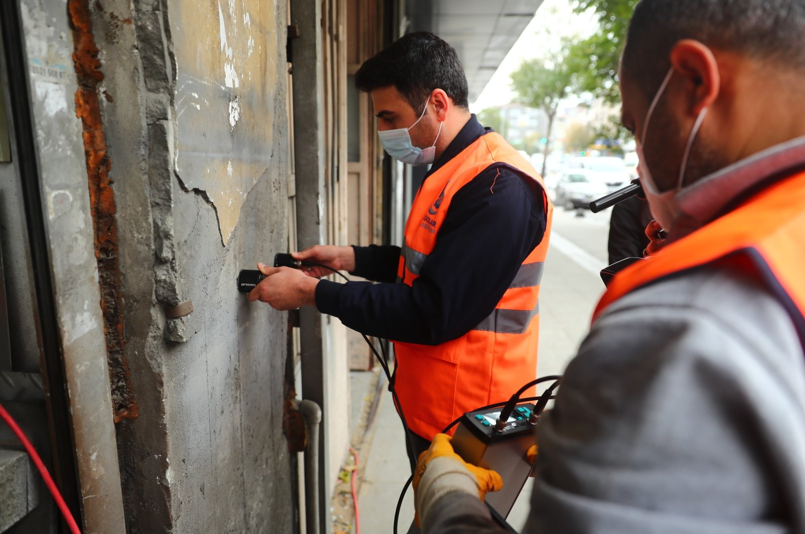 Workers run an endurance test against earthquakes at a building in Bağcılar district, in Istanbul, Turkey, Nov. 3, 2020. (İHA Photo)