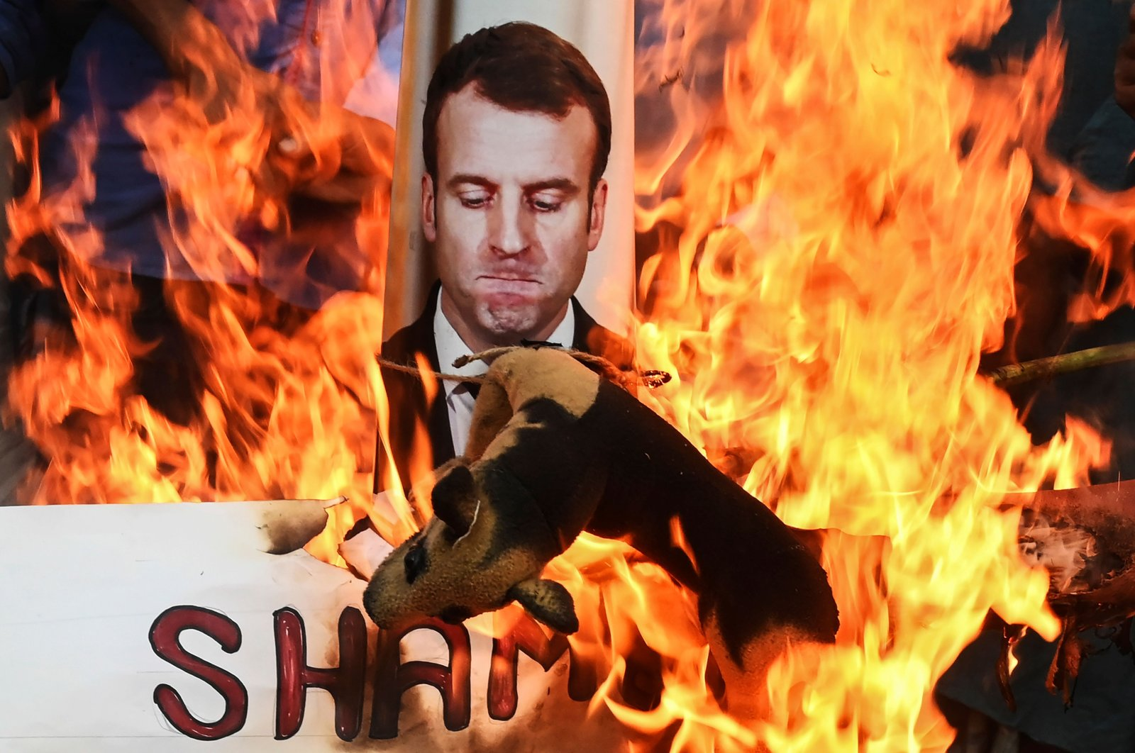 Protesters burn an effigy of French President Emmanuel Macron during an anti-France demonstration in Kolkata, India on Nov. 4, 2020. (AFP Photo)