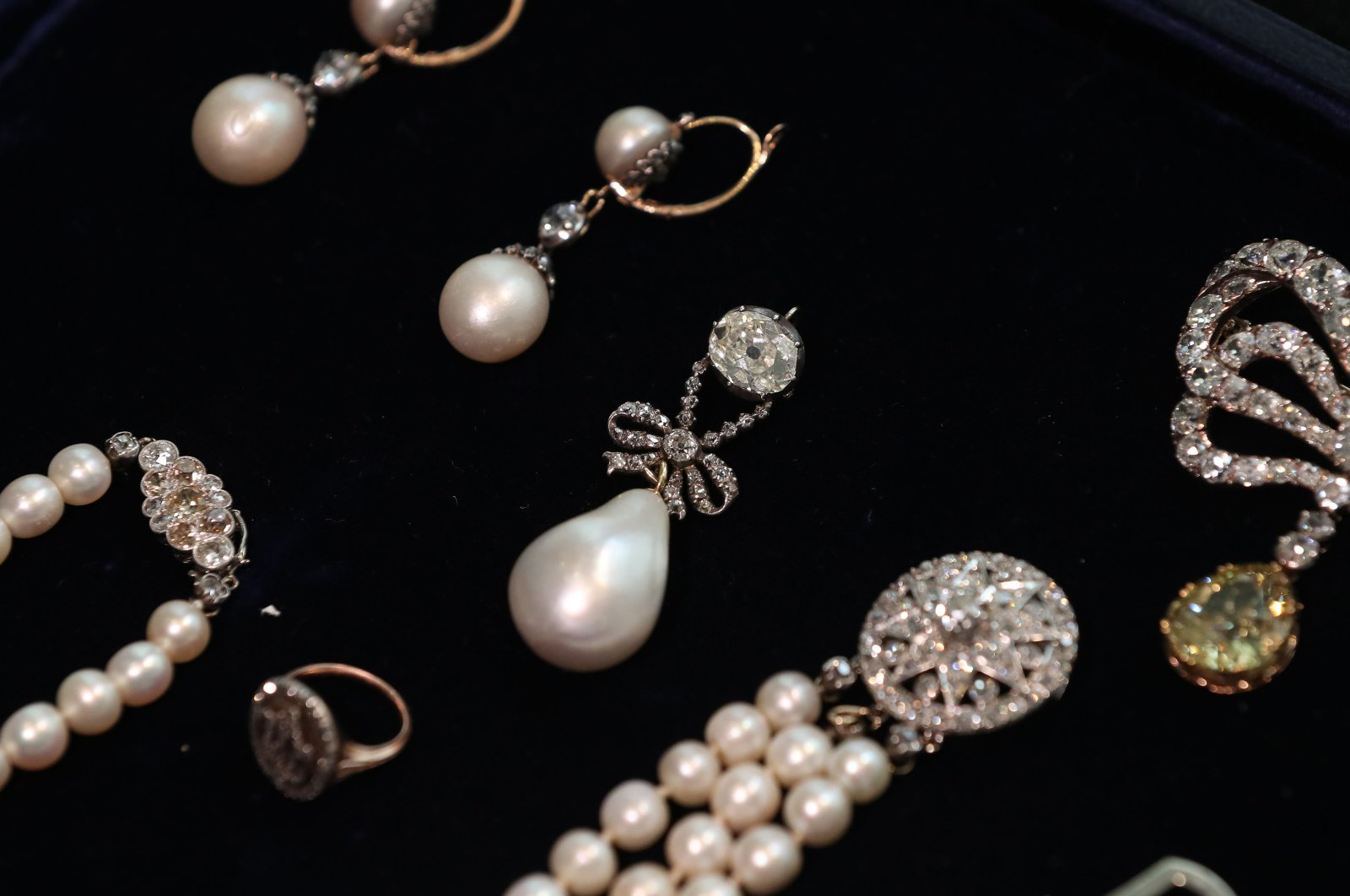 """In this file photo, an assortment of jewelry including """"Queen Marie Antoinette's Pearl"""" (C) is pictured at Sotheby's auction house in London, Britain, Oct. 19, 2018. (AFP Photo)"""