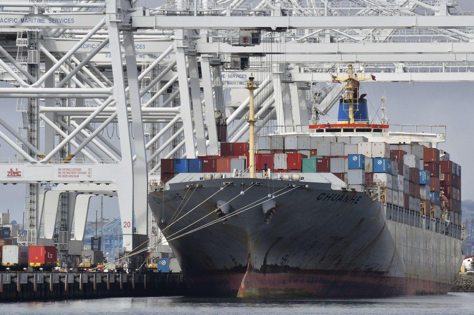 A cargo ship docks at Long Beach Harbor, California, U.S., May 6, 2015. (AFP Photo)