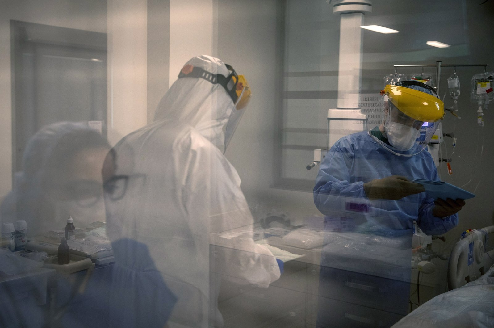 An assistant doctor (R) and nurses prepare to perform a procedure on a patient infected with the coronavirus in the COVID-19 dedicated ICU (Intensive Care Unit) at the Acibadem Altunizade Hospital in Istanbul, Turkey, April 20, 2020. (Getty Images)