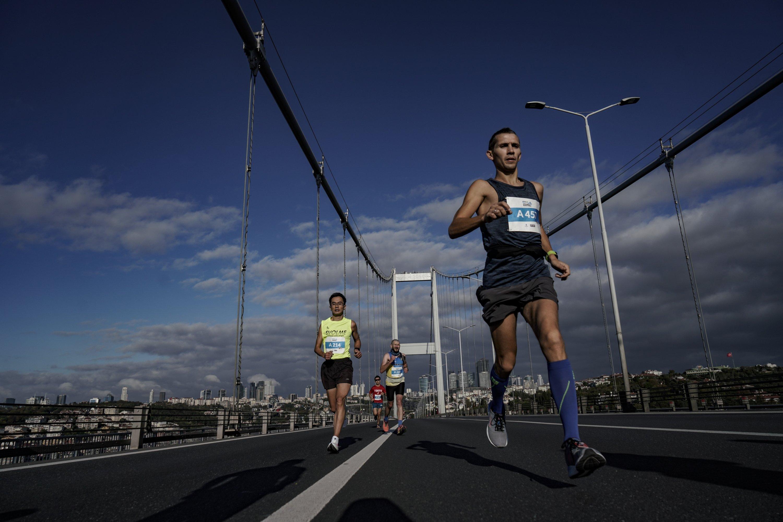 Athletes cross July 15 Martyrs' Bridge, in Istanbul, Turkey, Nov. 8, 2020. (DHA Photo)