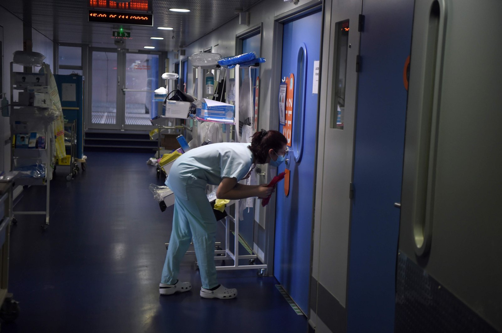 Medical staff monitor patients who have contracted coronavirus on a ward at The Hôpitaux Universitaires de Strasbourg, Strasbourg, Nov. 6, 2020. (AFP Photo)