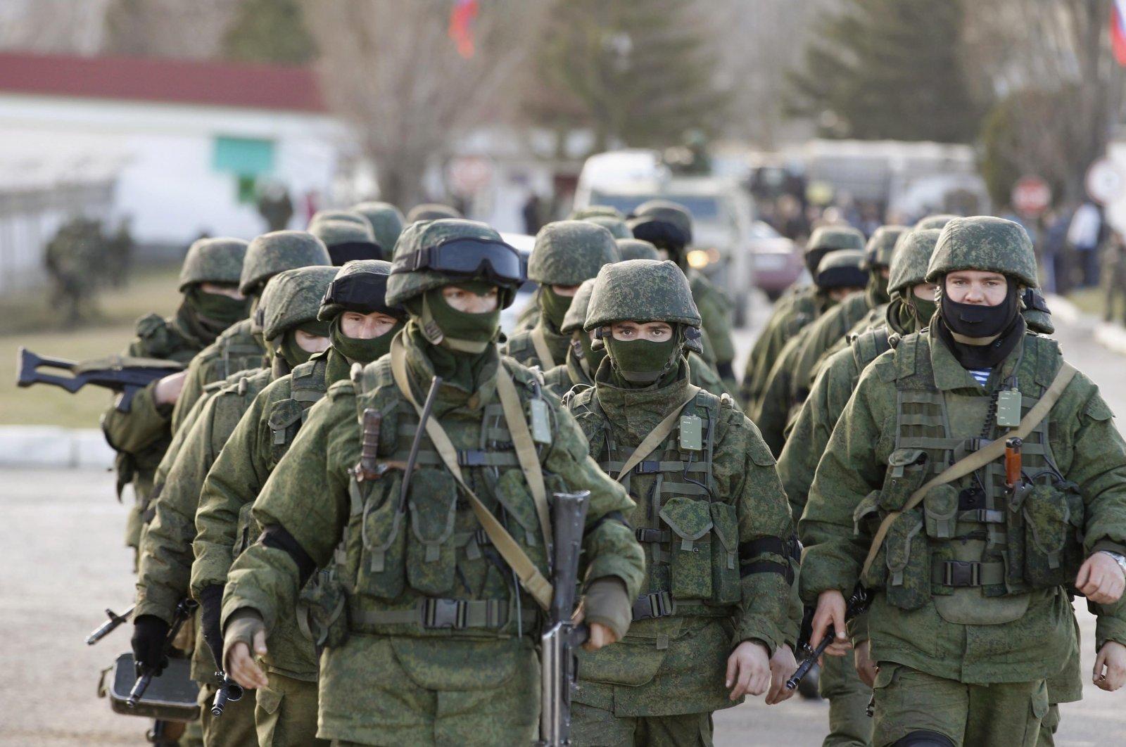 Russian servicemen walk outside the territory of a Ukrainian military unit in the village of Perevalnoye outside Simferopol in Russian-occupied Crimea, Ukraine, March 3, 2014. (Reuters Photo)