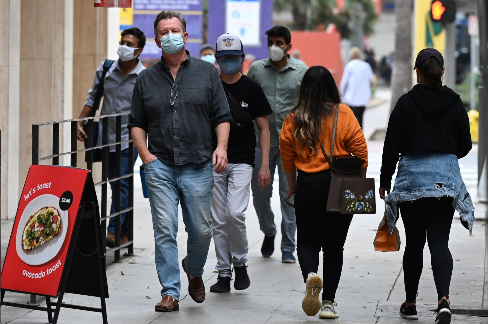 People wearing masks to prevent the spread of the coronavirus walk in downtown Los Angeles, California, Nov. 5, 2020. (AFP Photo)