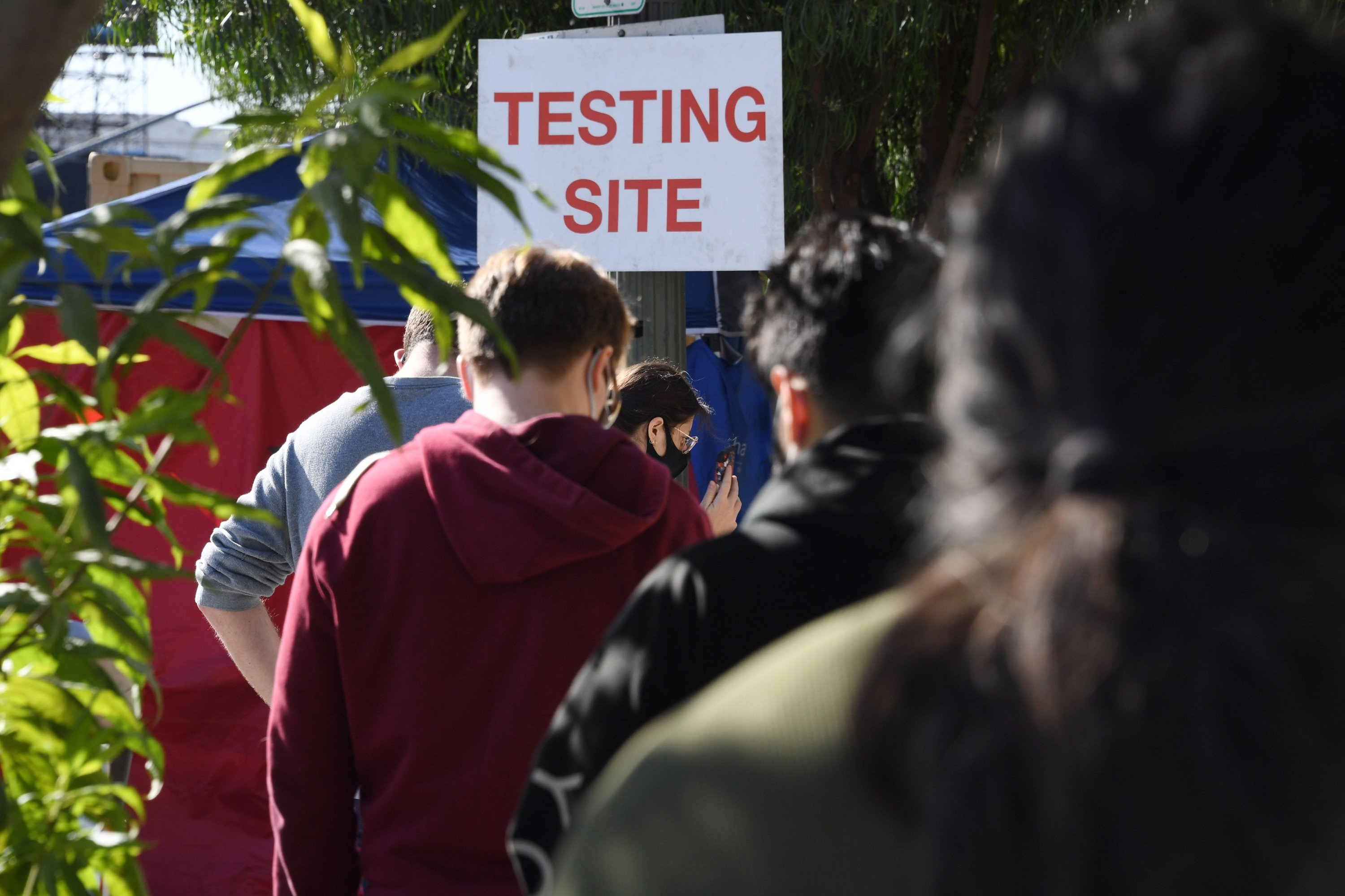 Des gens font la queue pour se faire tester pour le COVID-19 à Los Angeles, Californie, le 9 novembre 2020 (AFP Photo)