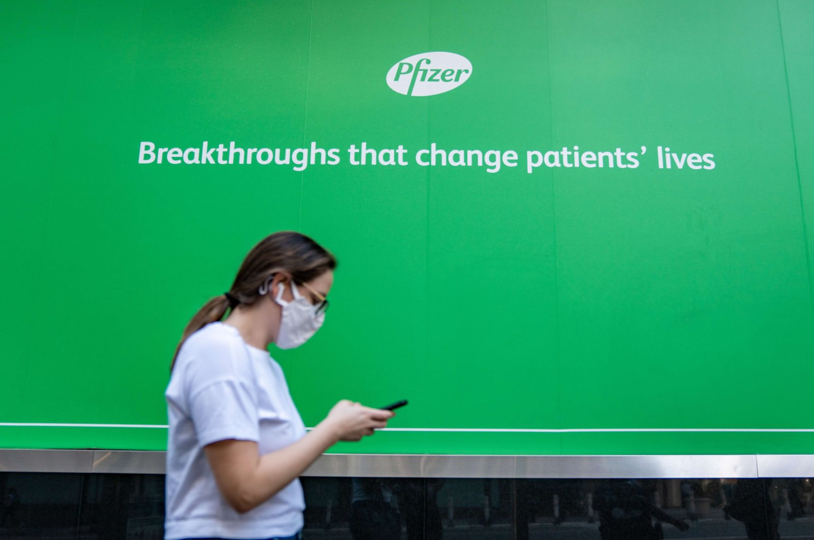 People walk by the Pfizer headquarters on Nov. 9, 2020, in New York City. (AFP Photo)