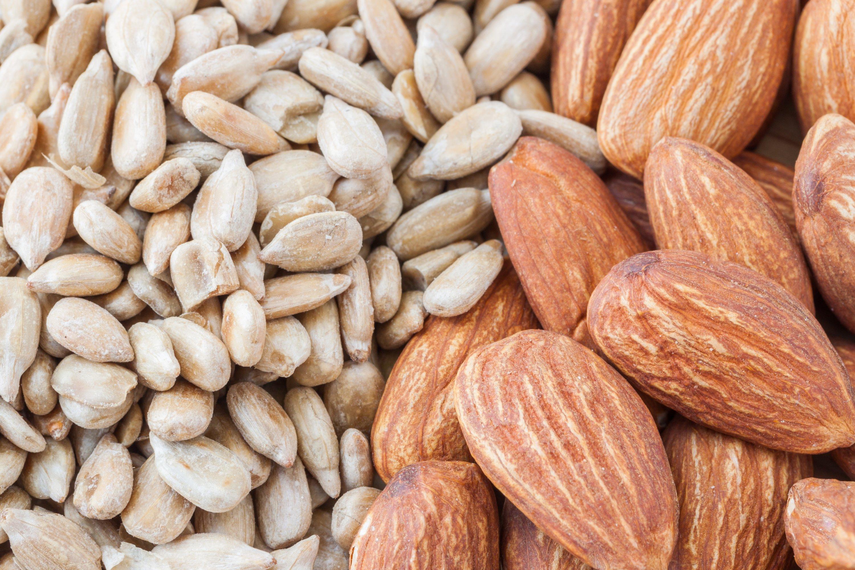 Les médecins recommandent de consommer environ une poignée de graines de tournesol ou d'amandes chaque jour.  (Photo Shutterstock)
