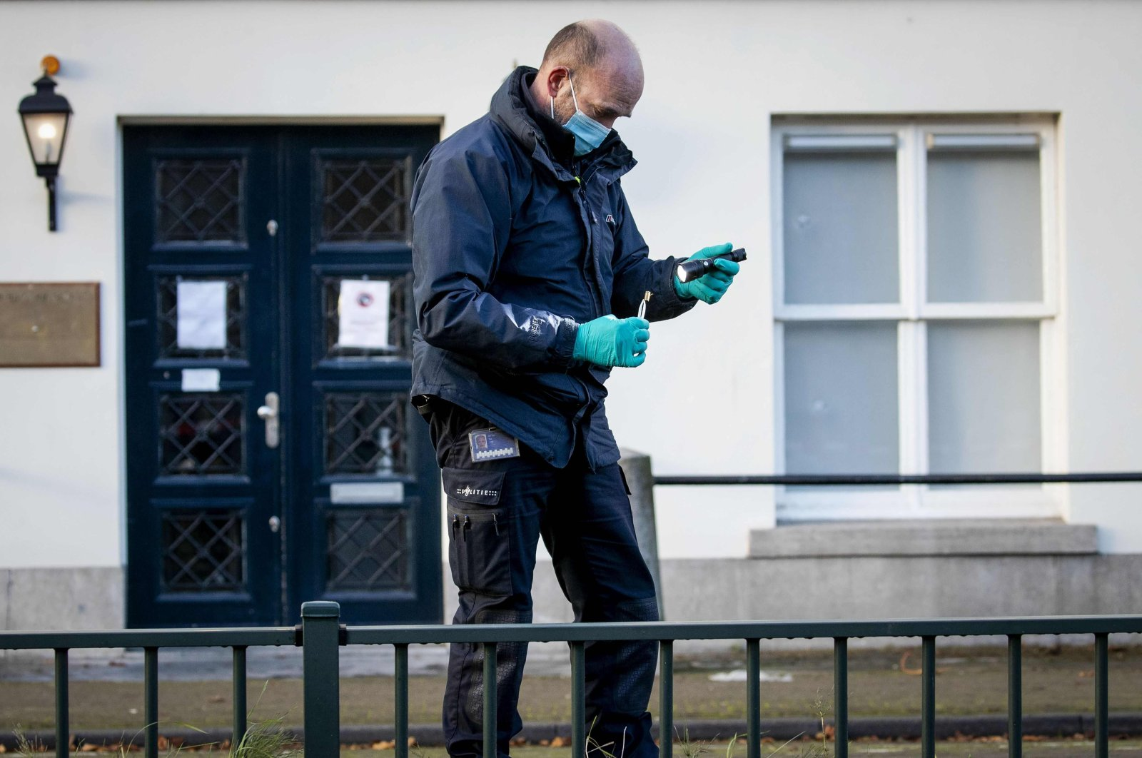 Forensics police officers investigate the Embassy of Saudi Arabia, The Hague, Nov. 12, 2020. (AFP Photo)