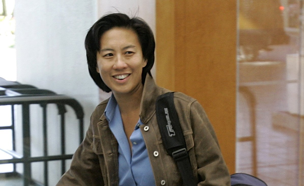 Los Angeles Dodgers assistant general manager Kim Ng walks through the hotel lobby during the first day of the Major League Baseball annual general managers meetings in Orlando, Florida on Nov. 5, 2007. (AP Photo)