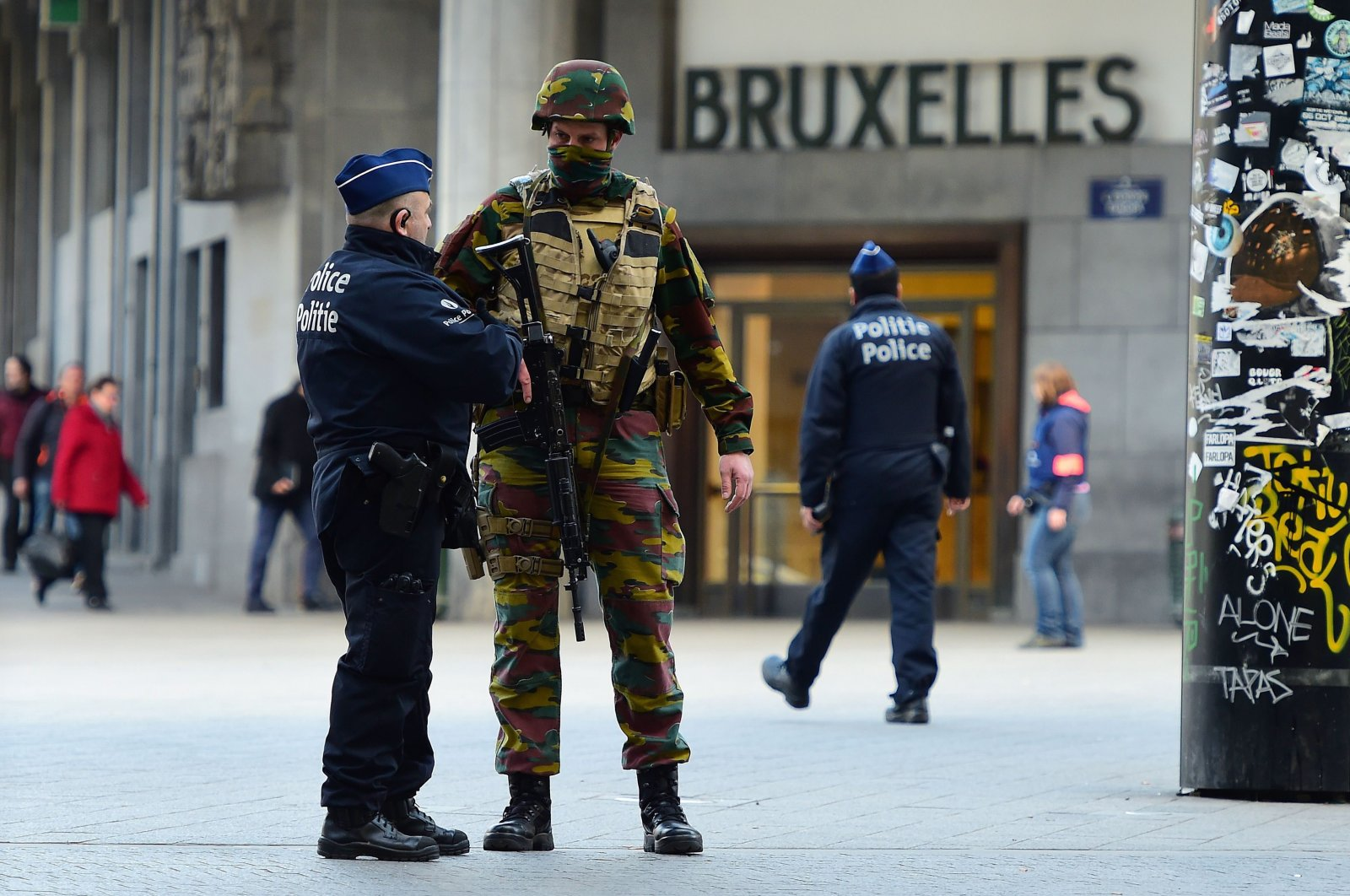 A soldier speaks to a police officer outside Brussels Central Station, in Brussels, Belgium, March 22, 2016. (AFP Photo)